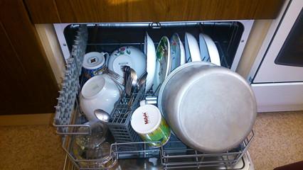 Почему посудомойка плохо отмывает посуду: 6 причин