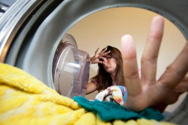 Почему появляется запах в стиральной машине?